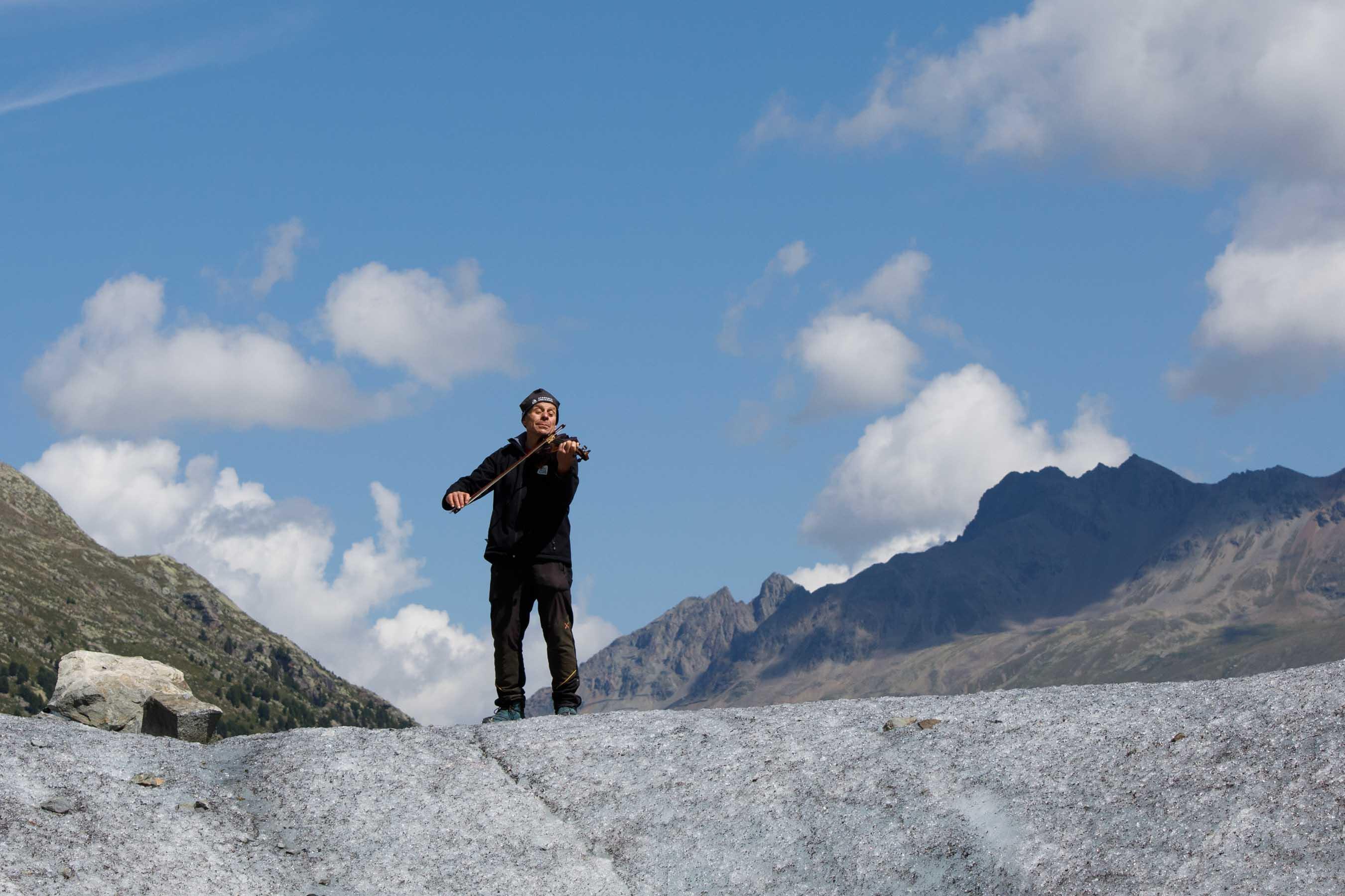 Felix Keller playing the violin at the Morteratsch glacier